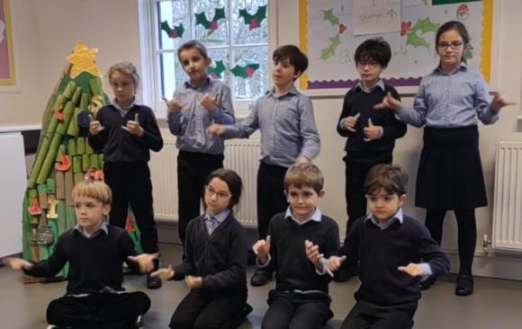 Canzoni di Natale e linguaggio dei segni: a scuola si impara l'inclusione